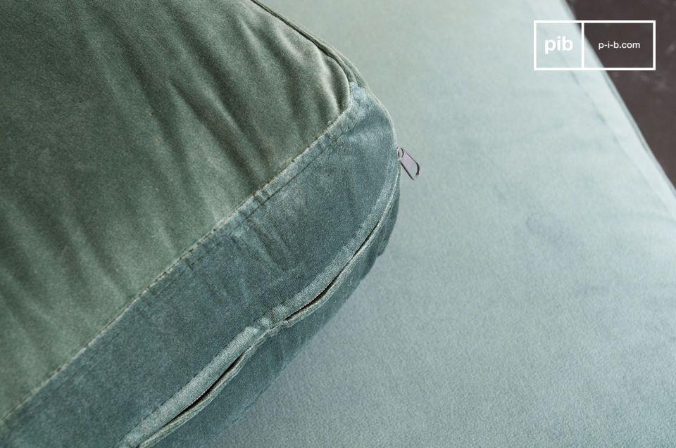 Un divano che unisce la morbidezza del velluto all'eleganza del marmo