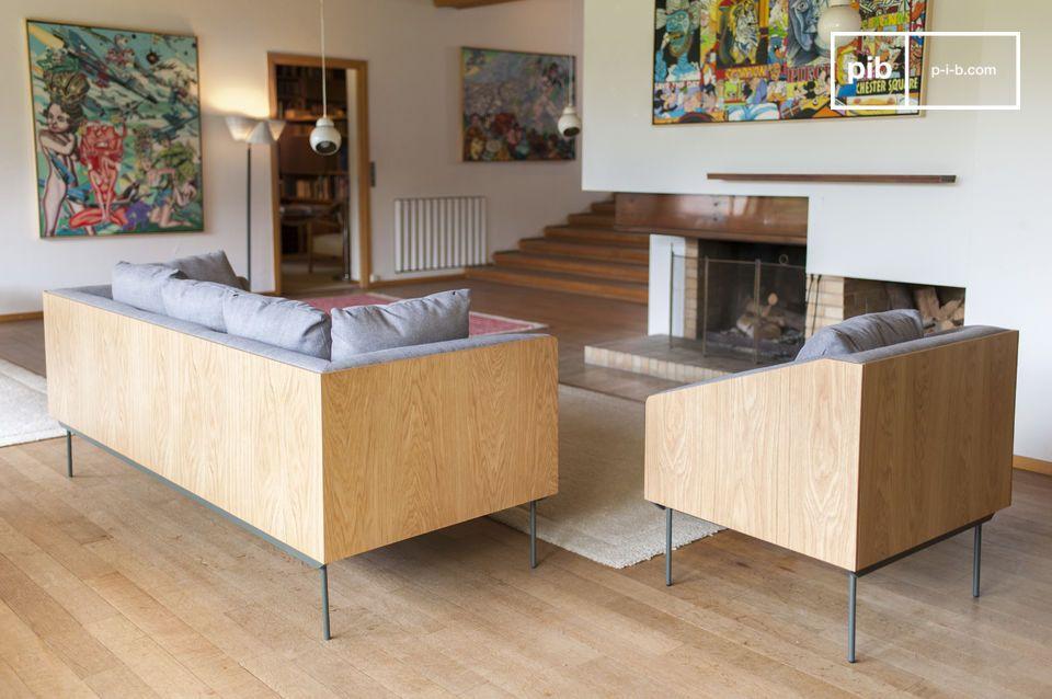L\'insieme schienale-braccioli è formato da una struttura in legno che offre sobrietà a questo