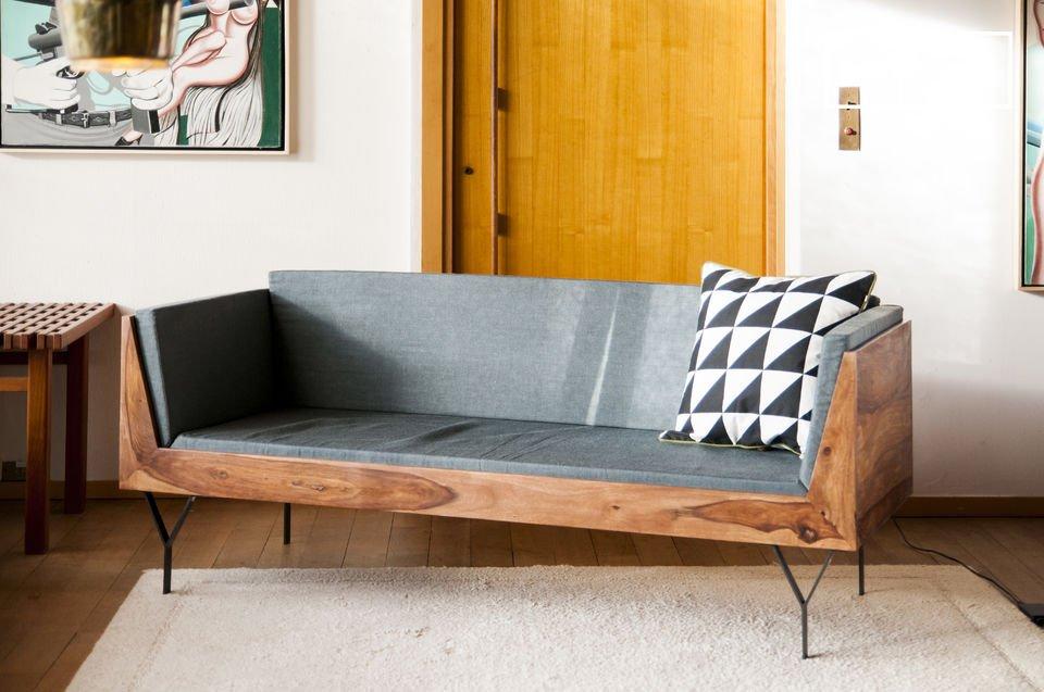 Lo schienale e i braccioli alti sostengono i cuscini verticali identici a quelli del sedile