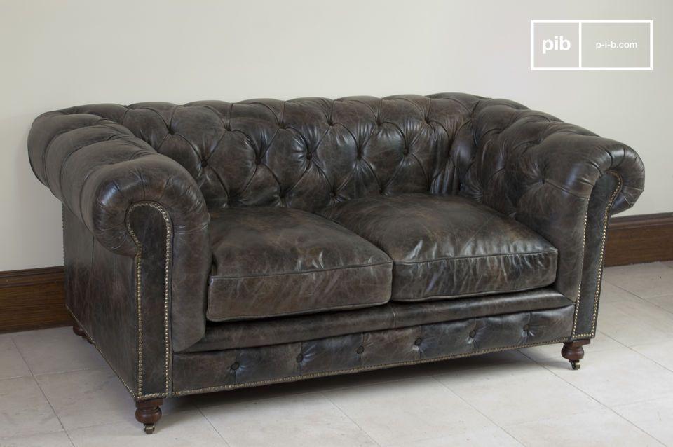 Questo divano chesterfield a due posti darà al vostro soggiorno l\'atmosfera di un vero club per