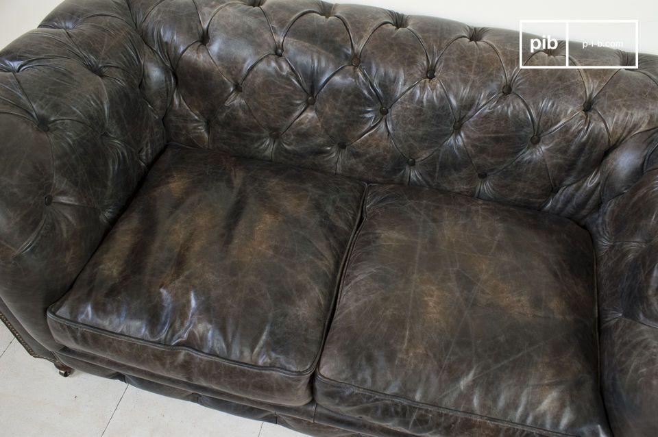 La pelle trattata e fissata al telaio in legno con viti in ottone ha un aspetto leggermente