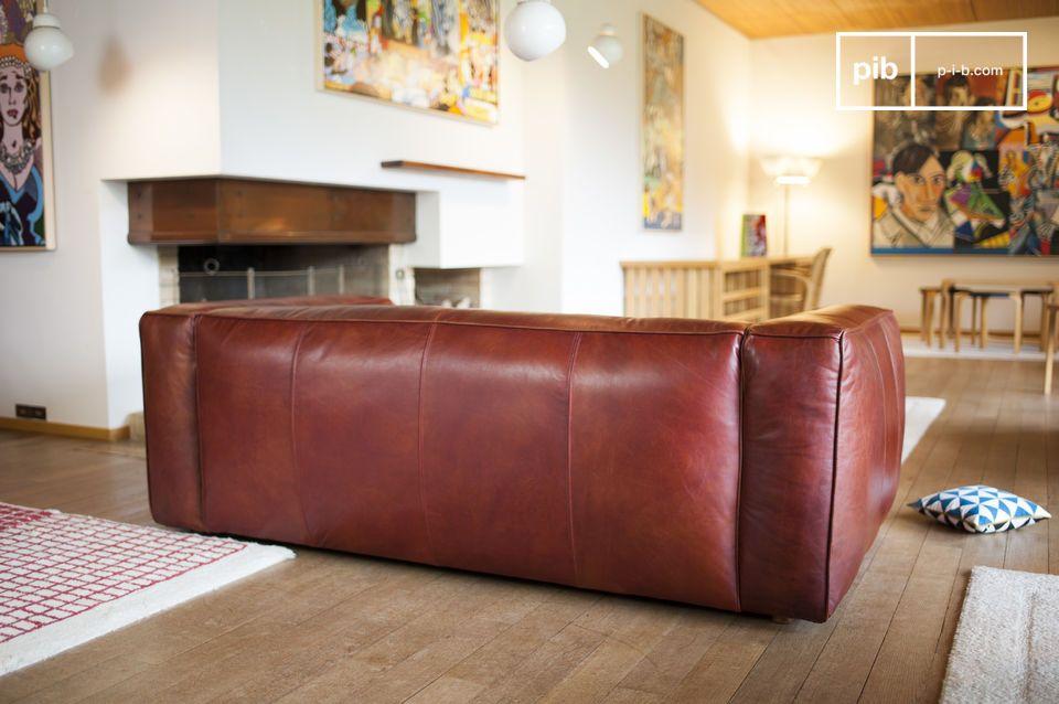 Le cuciture del divano sono piuttosto grandi e fatte della stessa pelle che ricopre tutto il divano