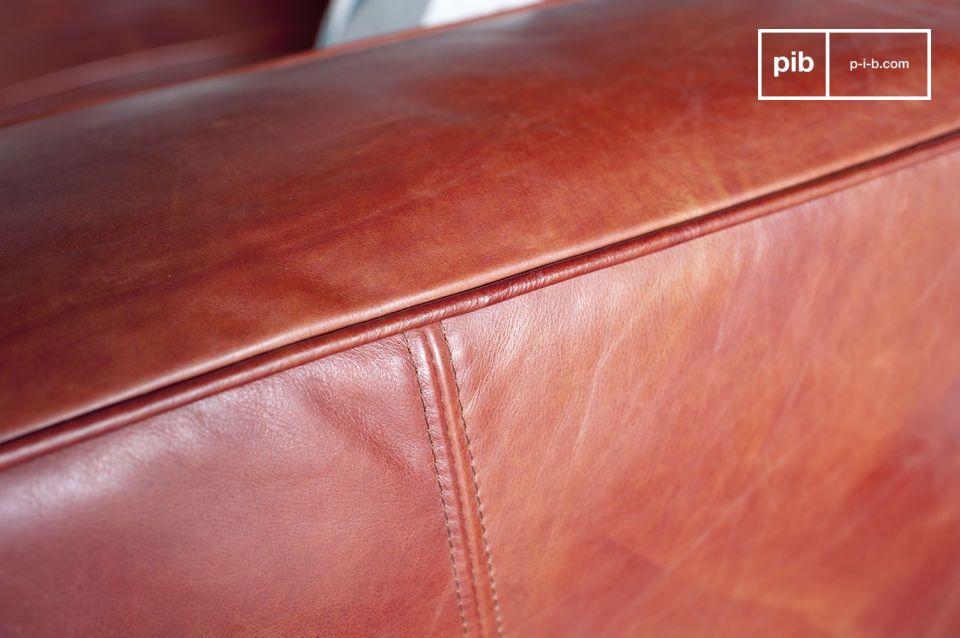 Le cuciture del divano sono abbastanza larghe e sono fatte della stessa pelle che ricopre