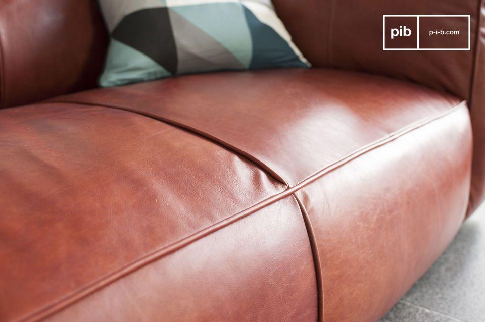 I tre sedili dei divani in pelle sono abbastanza profondi