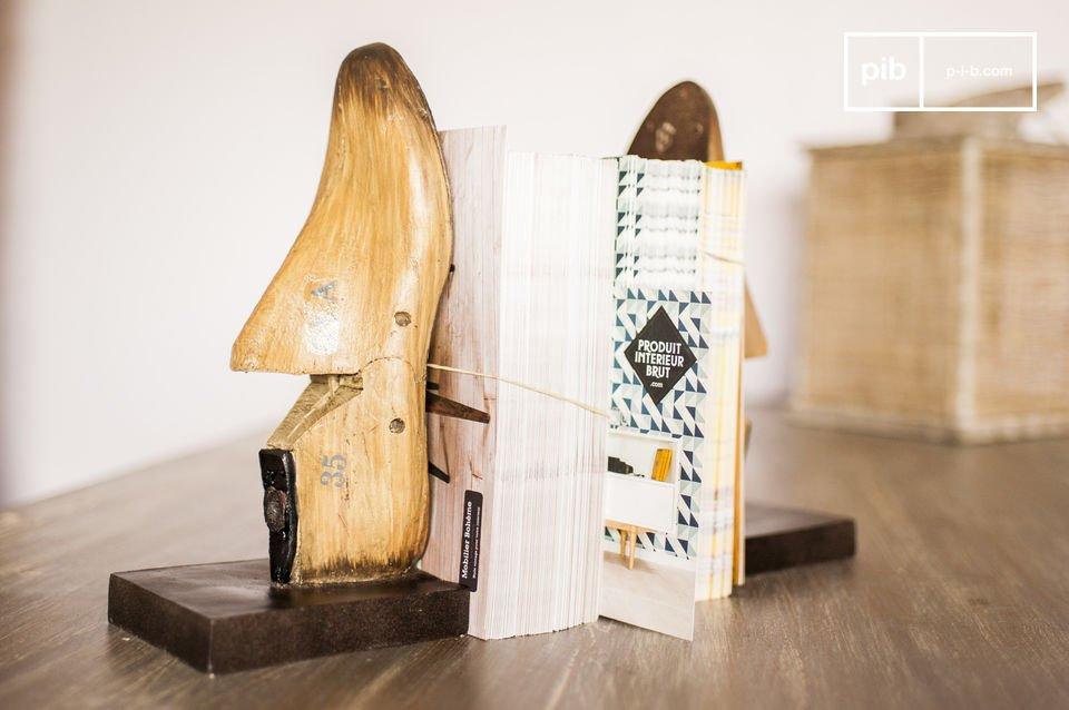 Il paio di fermalibri che ricorda le forme in legno usate dai calzolai darà un tocco retrò al