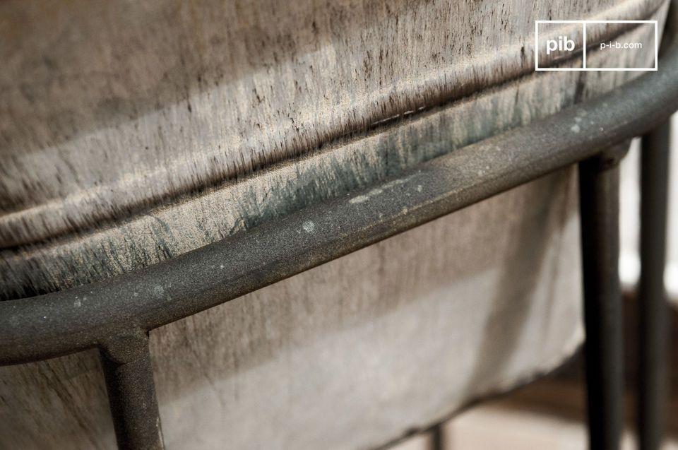 Questo portavasi in acciaio zincato gioca sul mix di stili per dare un\'atmosfera da giardino al