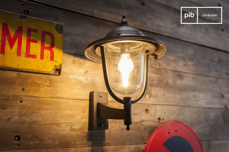 Una lampada da parete robusta e senza tempo in metallo per uso esterno