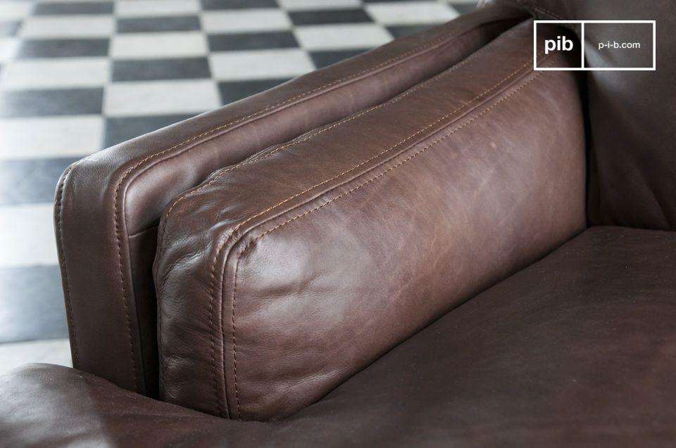 La pelle scura di questo divano è stata conciata a mano per ottenerne una particolare tonalità