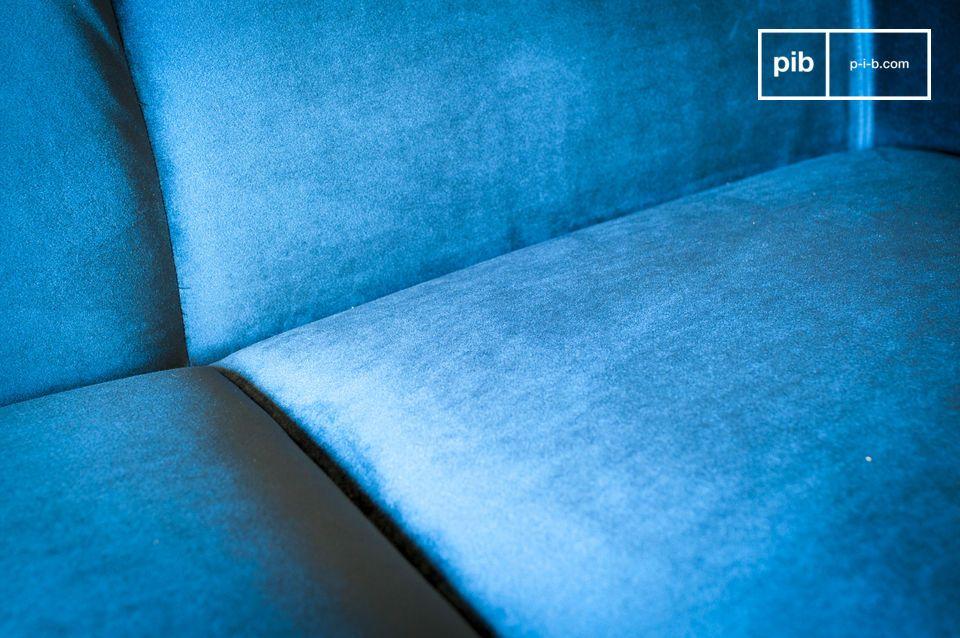 Il velluto azzurro profondo definisce il look di questo prodotto