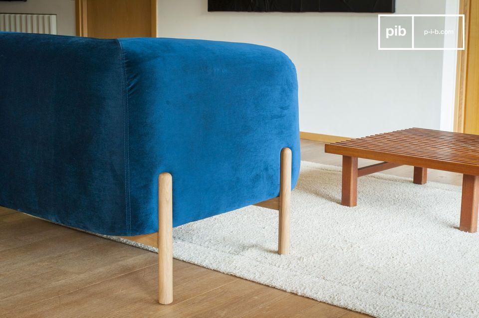 La base in legno massello ricorda le origini scandinave delle linee e risale su ogni lato