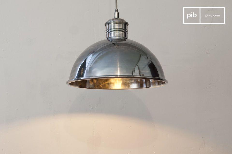 Questa lampada sospesa in ottone argentato ha una finitura di qualità particolarmente elevata ed un