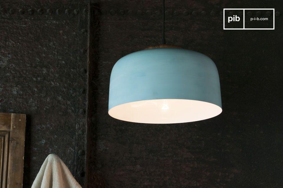 Una lampada a sospensione con accenti nordici in metallo patinato
