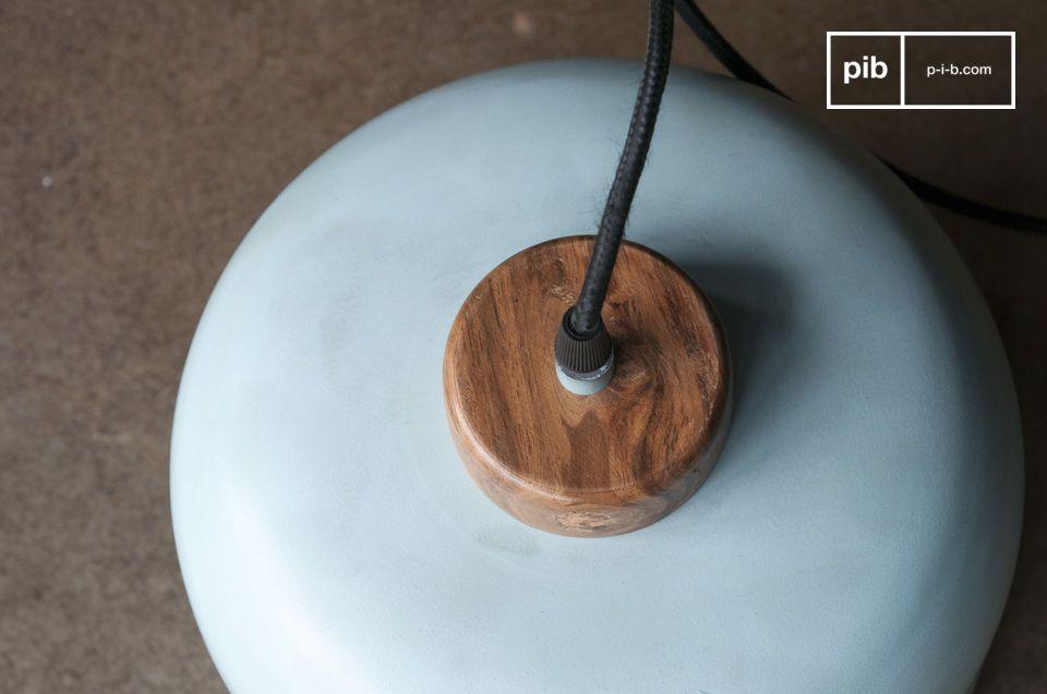 Il supporto in legno grezzo verniciato contrasta con la sottigliezza del paralume metallico