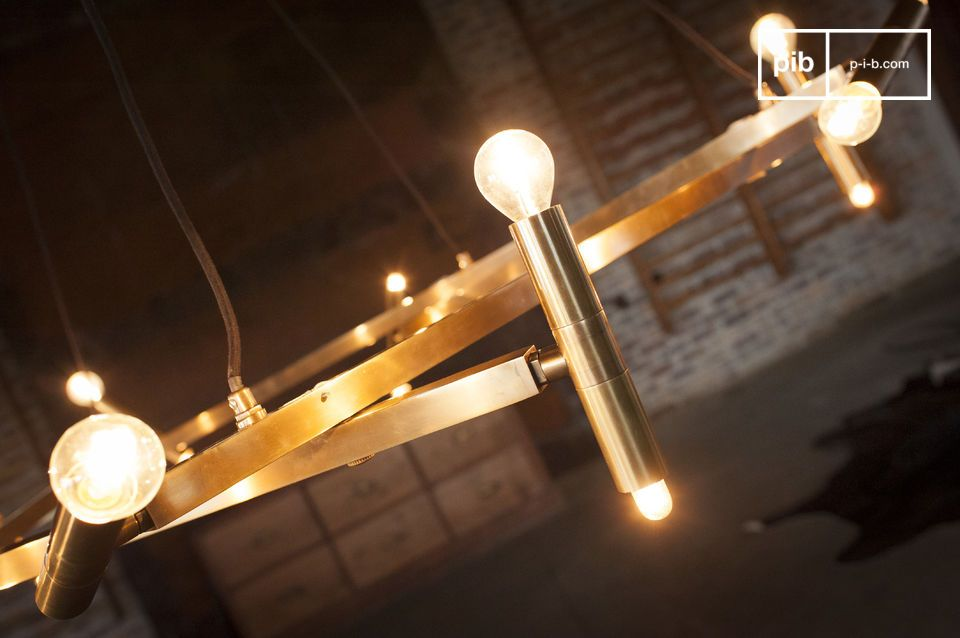 Grazie all\'eccezionale combinazione di 20 lampadine E14 fino a 25 Watt montate su dieci rami in