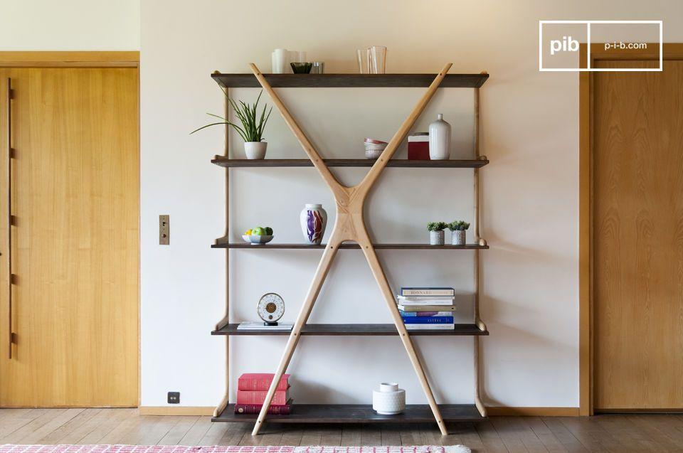 L'originalità di una grande libreria in legno con vassoi appesi