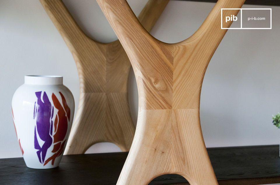 La struttura in legno chiaro è composta da staffe rovesciate sotto le quali i ripiani pendono