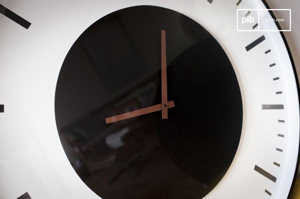 Design sobrio e grafico, per un accessorio da muro decorativo e pratico