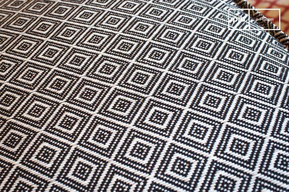 Grazie alla sua trama geometrica completamente intrecciata in bianco e nero