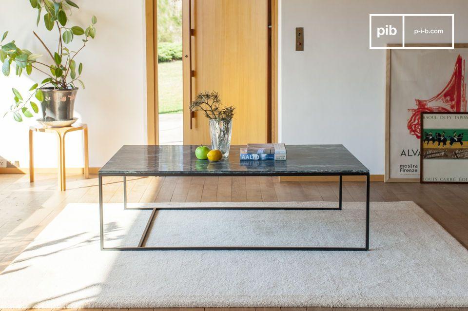 Un grande tavolo da caffè in marmo verde, dal design raffinato e distinto