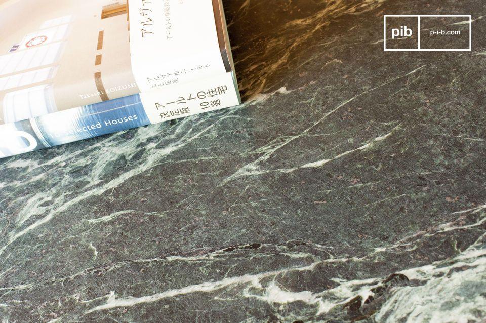 Questo tavolino dalle pregevoli dimensioni unisce l\'eleganza e la preziosità del marmo alle linee