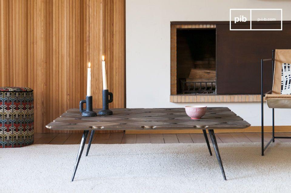 Un grande tavolino da caffè fatto di belle dama di legno