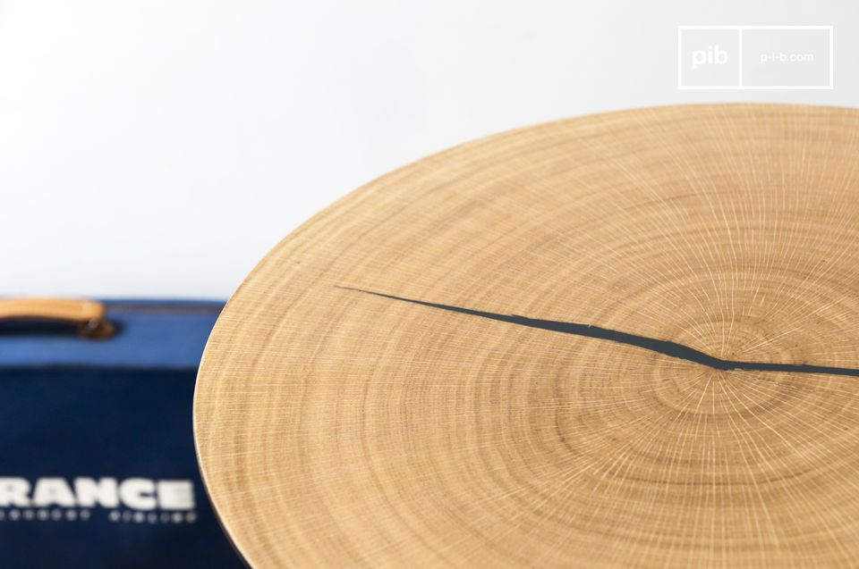 Il grande tavolino Xylème è composto da un sottile piano rotondo in metallo rivestito in legno di