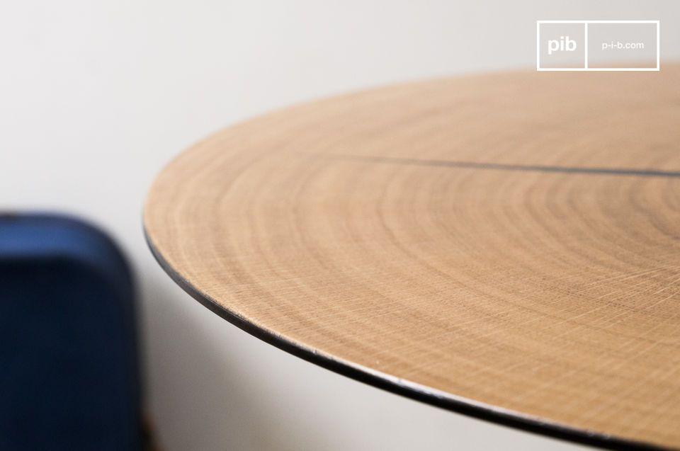 Il tavolino Xylème è composto da una sottile sezione di legno di rovere chiaro applicata ad un