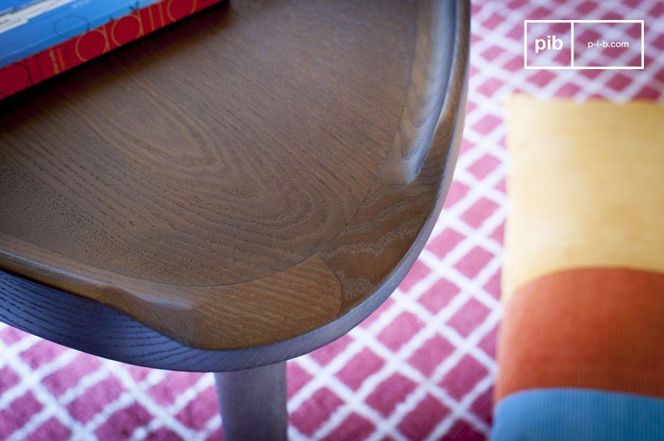 Il notevole design di questo tavolino triangolare Arne è senza dubbio una delle sue grandi