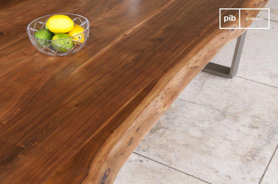 La tavola Avallan combina un telaio in metallo spesso e dagli angoli definiti con un piano in legno