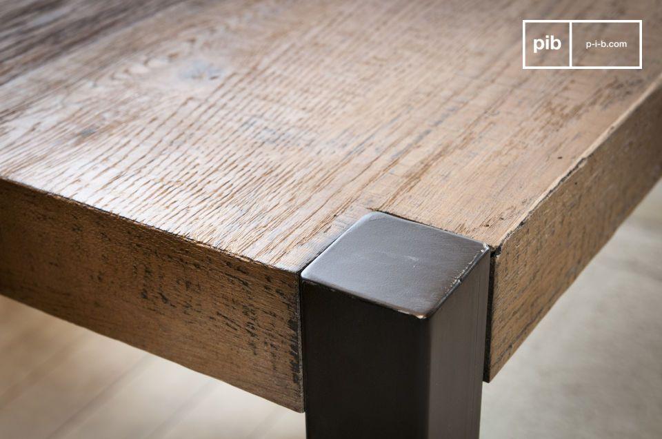 Il grande tavolo da pranzo di Barcellona è costituito da un pannello di compensato rivestito con