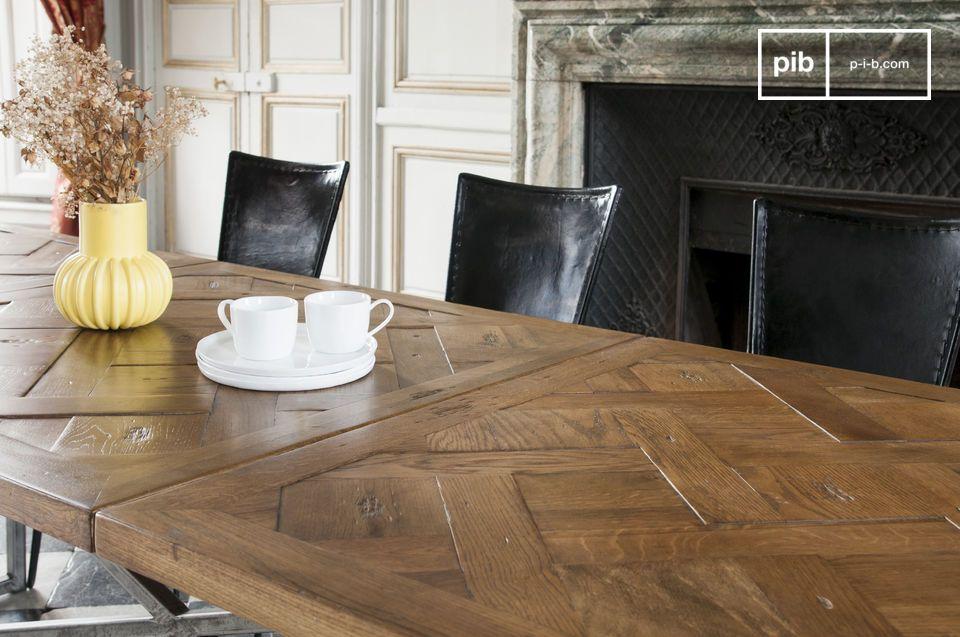 Un lavoro dal minuzioso assemblaggio per un tavolo dal riuscito stile vintage