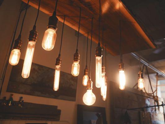 lampada industriale con serie di lampadine