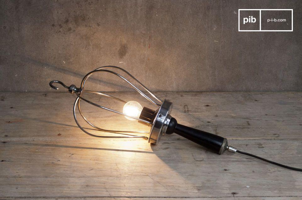 Appesa o sul pavimento, questa lampada darà un tocco retro al tuo arredamento