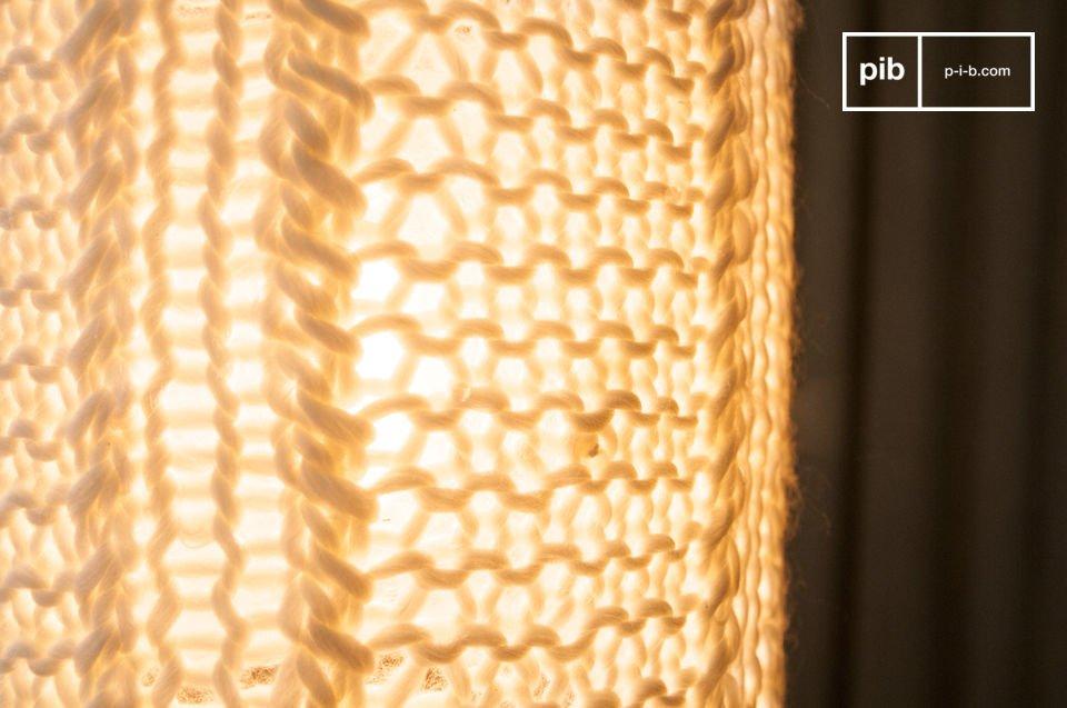 La lampada a sospensione Aguëla è una lampada di piccole dimensioni creata per il vostro soffitto