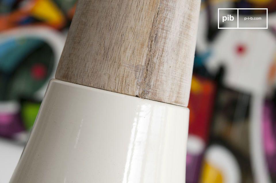 Con il suo design ad imbuto questa lampada a sospensione Balissö è realizzata con due materiali