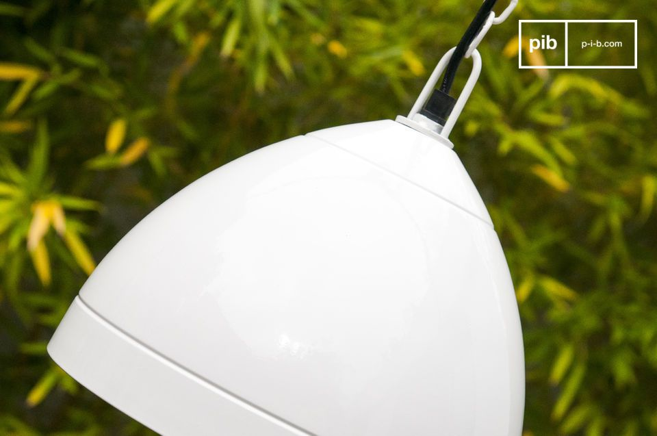 La lampada a sospensione Këpsta è interamente realizzata in metallo e trasuda una semplicità in