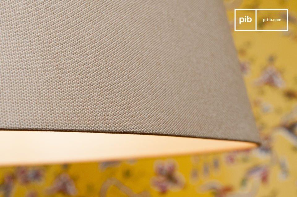 Il legno tinto si sposa perfettamente con il paralume grigio chiaro, fatto in lino e cotone