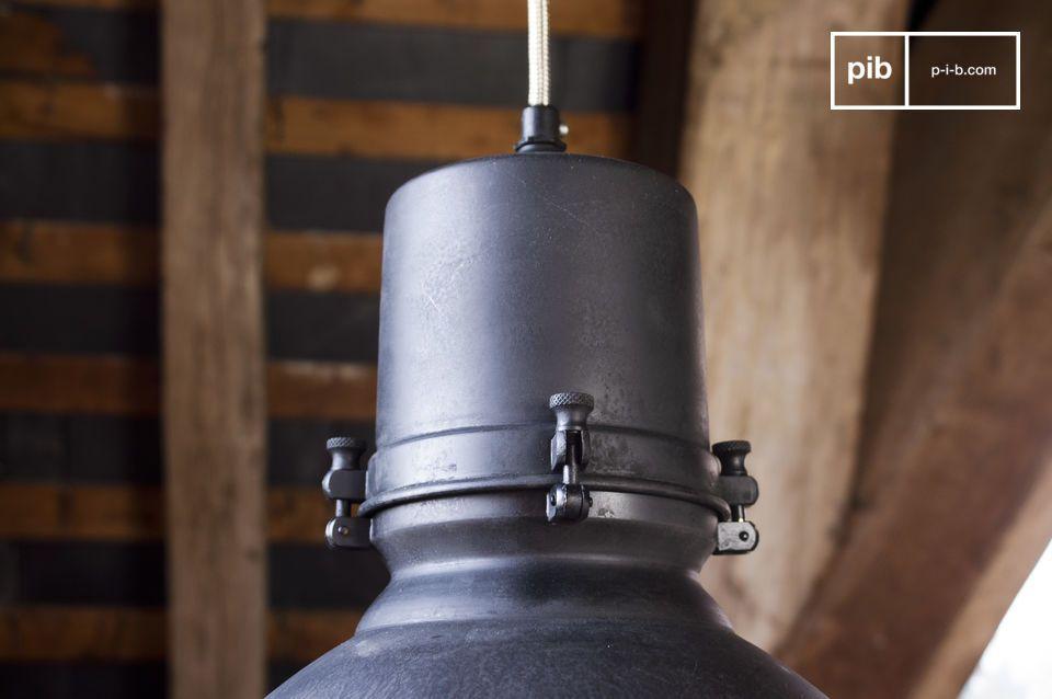 Grande lampada pendente dallo stile decisamente industriale