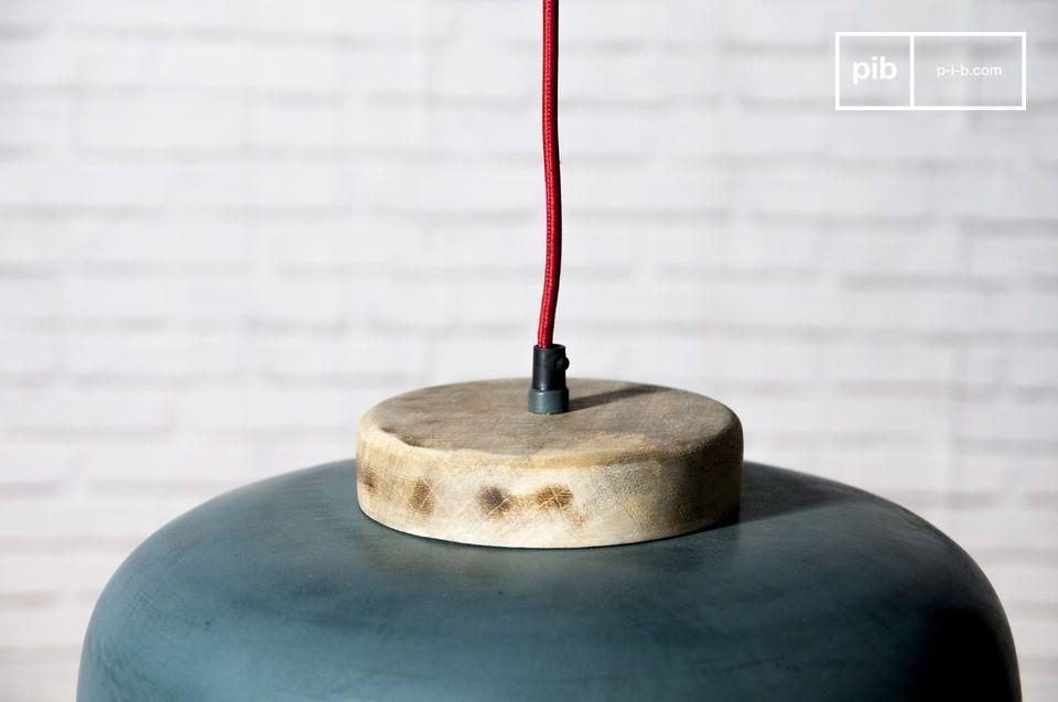 Una lampada sospesa che associa colore e sobrietà