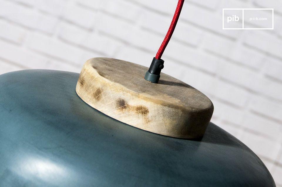 Il paralume è in metallo e l\'interno della lampada è bianco per permettere la massima