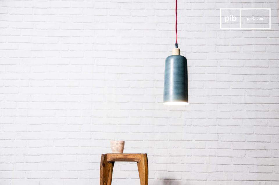 Il pezzo di solido legno che domina la parte superiore della lampada dà un tocco naturale