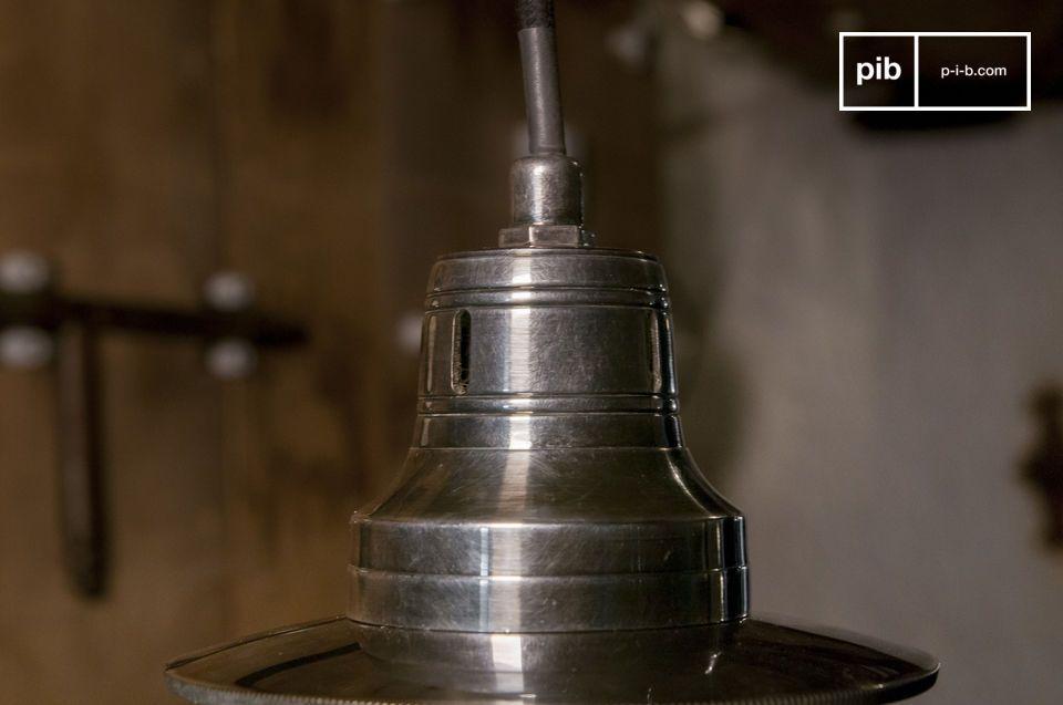 Una lampada d'epoca elegante e fantasiosa con globo sferico