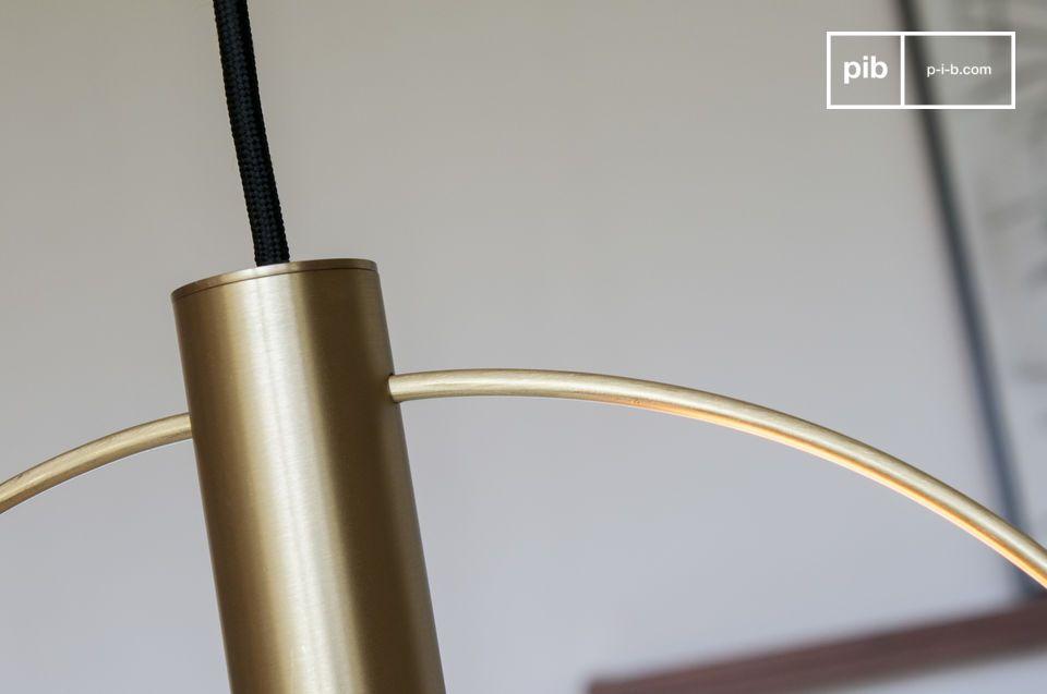 Una grande sospensione pneumatica in ottone dorato spazzolato