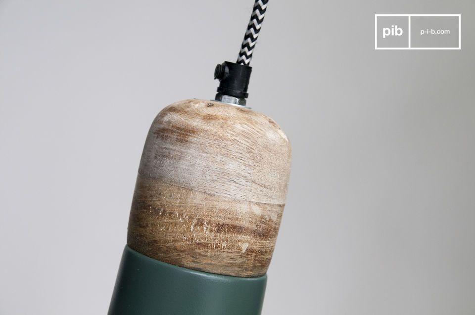 La lampada a sospensione Farnetta è una piccola lampada con una paralume fatto in legno e metallo