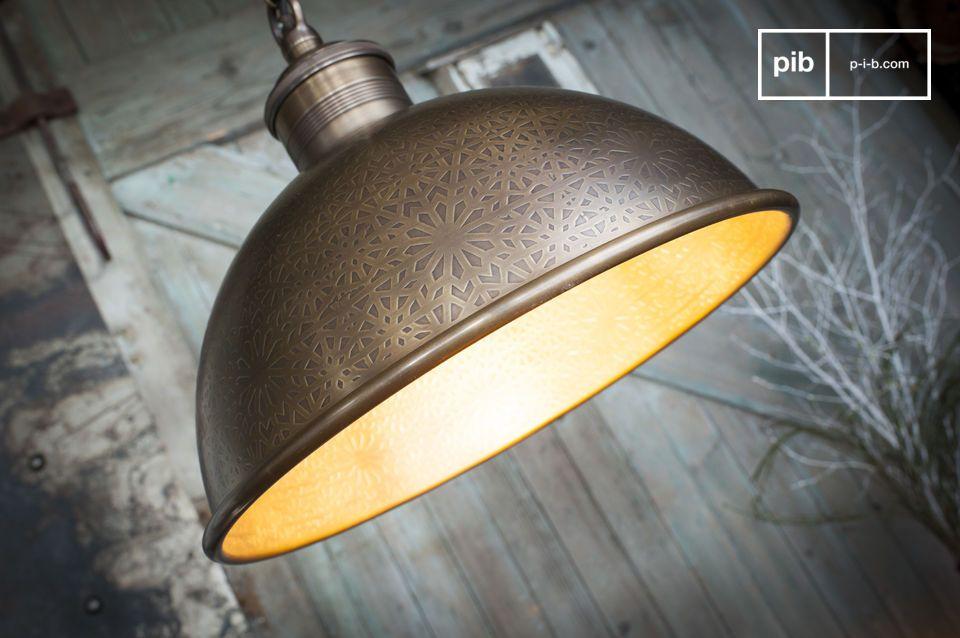 La Lampada a sospensione in metallo cesellato Orient Express si distingue per il design a campana e