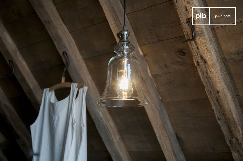 La lampada a sospensione in vetro Sweet Bell mostra curve e curvature per una resa poetica