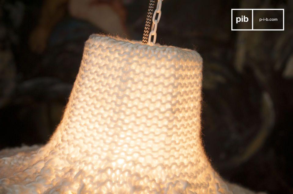 La lampada a sospensione Lana non emette calore solo dalla sua luce ma anche dalla sua straordinaria