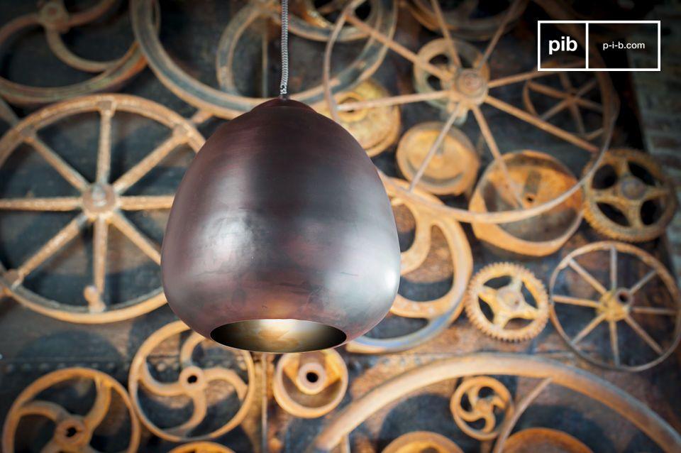 Un lampadario retrò appeso con curve