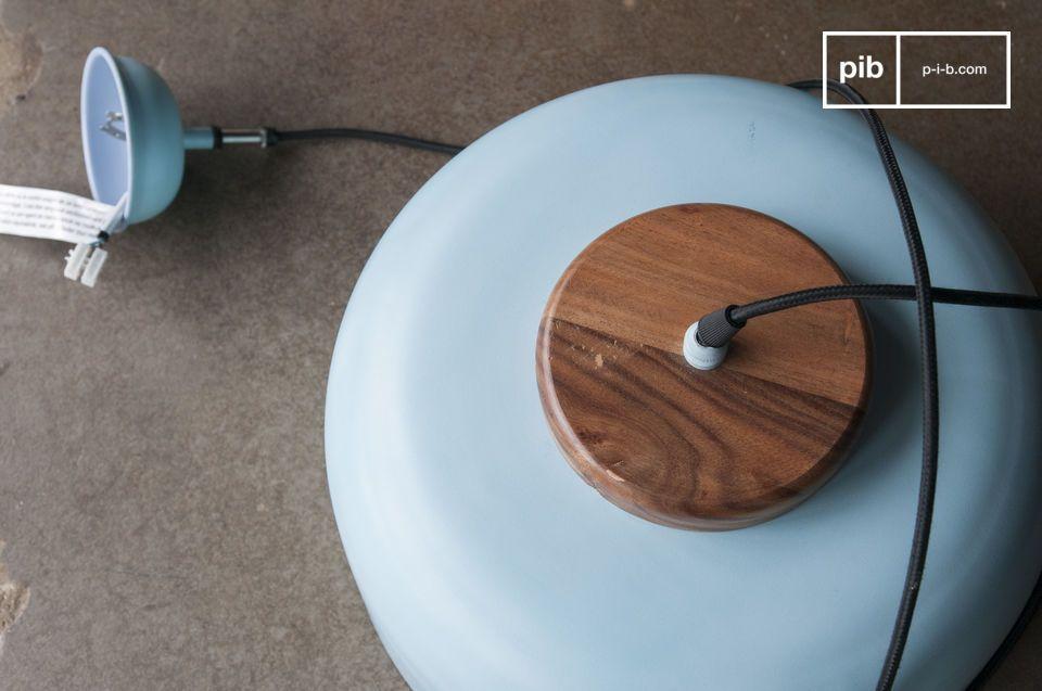 Il colore azzurro chiaro del paralume a campana con i suoi ampi bordi contrasta con il supporto in