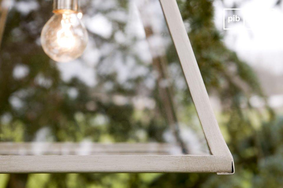 Questa lampada a sospensione con copertura in vetro trasuda fascino e \